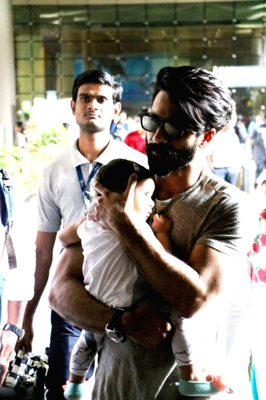 Actor Shahid Kapoor and daughter Misha Kapoor were spotted at the Mumbai airport on June 7, 2017. - Shahid Kapoor and Misha Kapoor