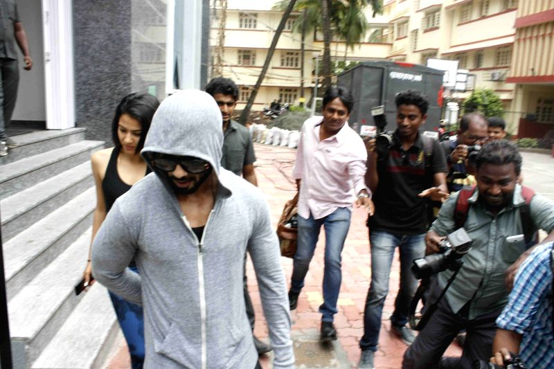 Actor Shahid Kapoor with his wife Mira Rajput spotted outside a gymnasium in Mumbai, on July 16, 2015. - Shahid Kapoor