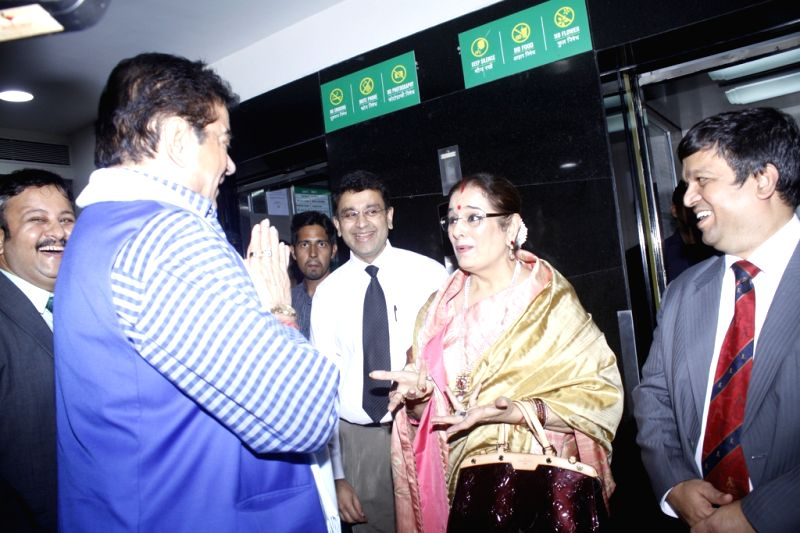 Actor Shatrughan Sinha along with his wife Poonam Sinha during the unveiling of the Wall of Tribute and felicitating the families of organ donors at Fortis Hospital, in Mumbai on Aug 5, 2016. - Shatrughan Sinha and Poonam Sinha