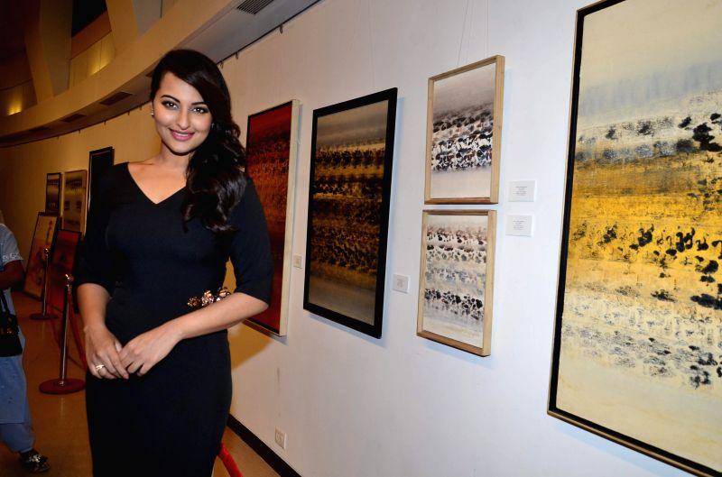 Actor Sonakshi Sinha attended an exhibiton to pay tribute to artist Prafulla Dahanukar at Jehangir Art Gallery in Mumbai on July 21, 2014.