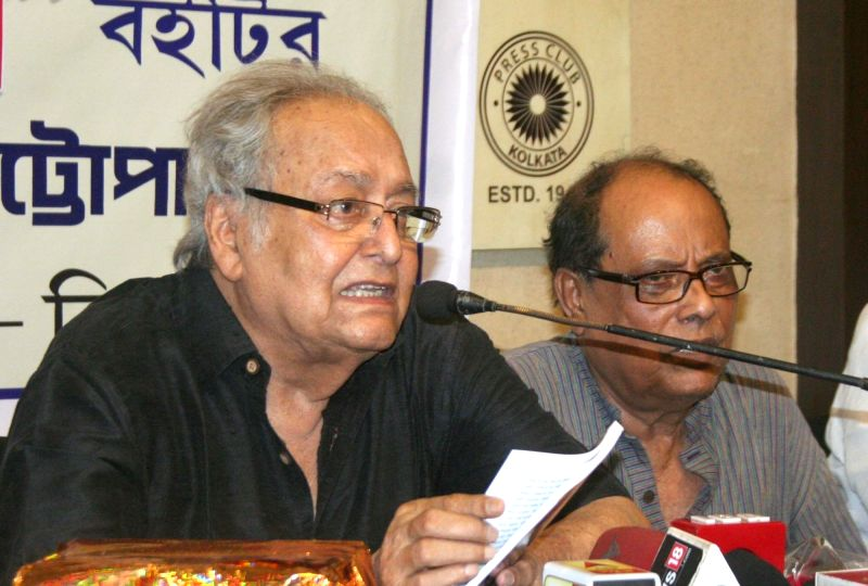 Actor Soumitra Chatterjee and former state union development minister Ashok Bhattacharya during a book launch in Kolkata on April 19, 2017. - Soumitra Chatterjee