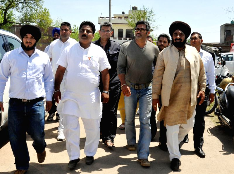 Actor Sunil Shetty arrives at a rally to campaign for BJP candidate for 2014 Lok Sabha Election from Amritsar, Arun Jaitley in Amritsar on April 10, 2014.
