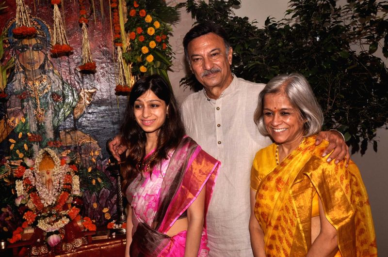 Actor Suresh Oberoi along with his wife Yashodhara Oberoi and  daughter Meghna Oberoi participate in a procession for the immersion of an idol of the elephant-headed Hindu god Lord Ganesh after fifth - Suresh Oberoi