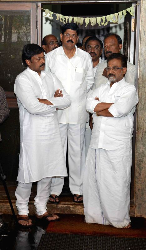 Actor turned politician Ramanarayana Reddy at the residence of former Andhra Pradesh Chief Minister Nedurumalli Janardhana Reddy who died in Hyderabad following a liver ailment on May 9, 2014. - Nedurumalli Janardhana Reddy and Ramanarayana Reddy
