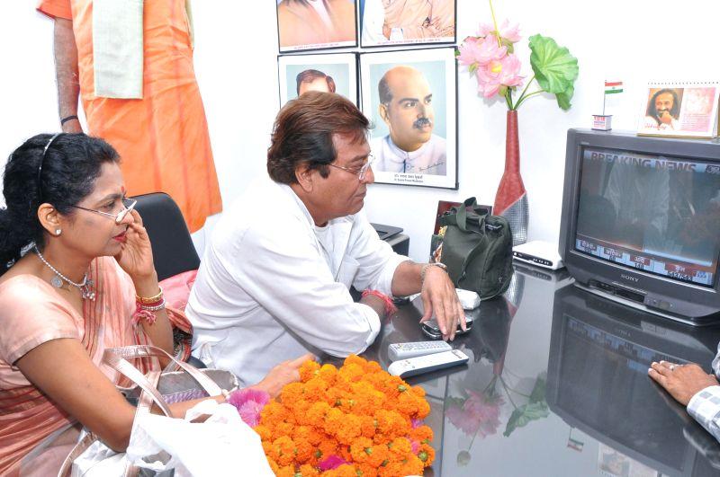 Actor turned politician Vinod Khanna keeps a close eye on 2014 Lok Sabha results in Pathankot on May 16, 2014.
