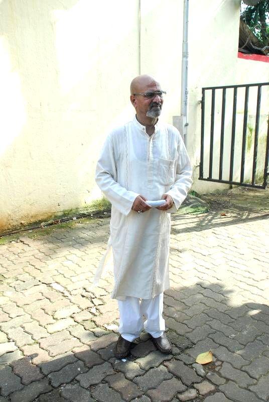 Actor Vijay Kashyap during the funeral of filmmaker Dharmesh Tiwari in Mumbai on Thursday, August 7, 2014. - Vijay Kashyap