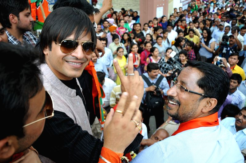 Actor Vivek Oberoi campaigns for BJP candidate for 2014 Lok Sabha Election from Amritsar, Arun Jaitley during a roadshow in Amritsar on April 18, 2014. - Arun Jaitley