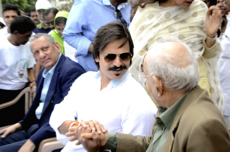 Actor Vivek Oberoi with Mumbai Police commissioner Rakesh Maria and others during inauguration of `I Love Mumbai` - a drive to distribute free sapling in Mumbai on Aug 10, 2014. - Vivek Oberoi