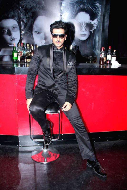 Actor Zayed Khan during the on location shoot of film Sharafat Gayi Tel Lene in Mumbai on July 8, 2014. - Zayed Khan