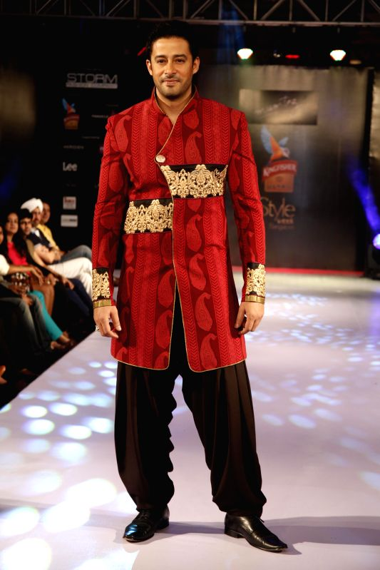 Actor Zulfi Sayed walks the ramp showcasing creations of fashion designer Mumtaz Khan during Kingfisher Ultra Style Week Bangalore 2014 on July 27, 2014. - Zulfi Sayed and Mumtaz Khan
