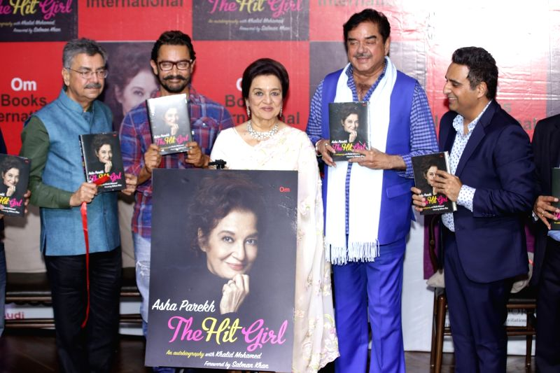 Actors Aamir Khan and Shatrughan Sinha during a programne organised to unveil Asha Parekh's book, 'The Hit Girl' in New Delhi, on April 30, 2017. - Aamir Khan and Shatrughan Sinha