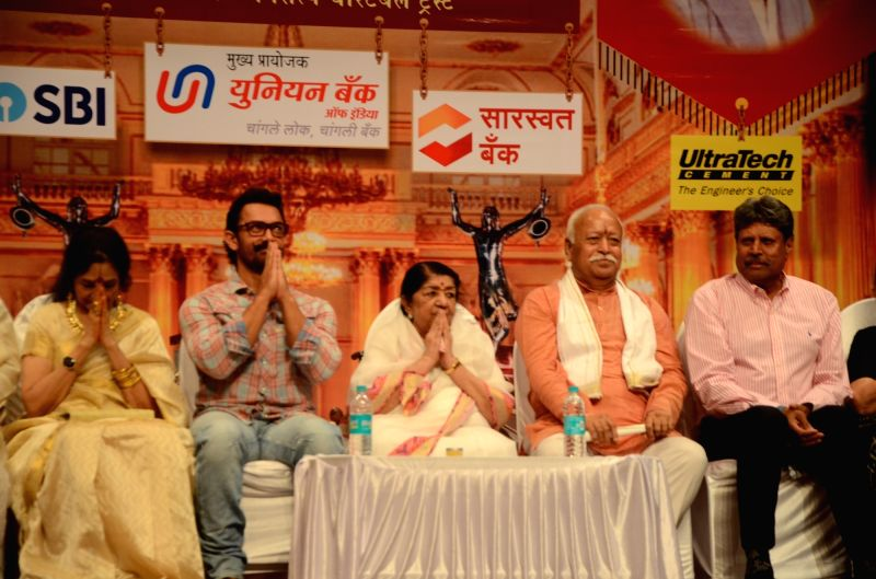 Actors Aamir Khan and Vyjayanthimala, singer Lata Mangeshkar, former cricketer Kapil Dev, RSS chief Mohan Bhagwat and  others during Dinanath Mangeshkar memorial awards in Mumbai, on April ... - Aamir Khan, Vyjayanthimal and Kapil Dev