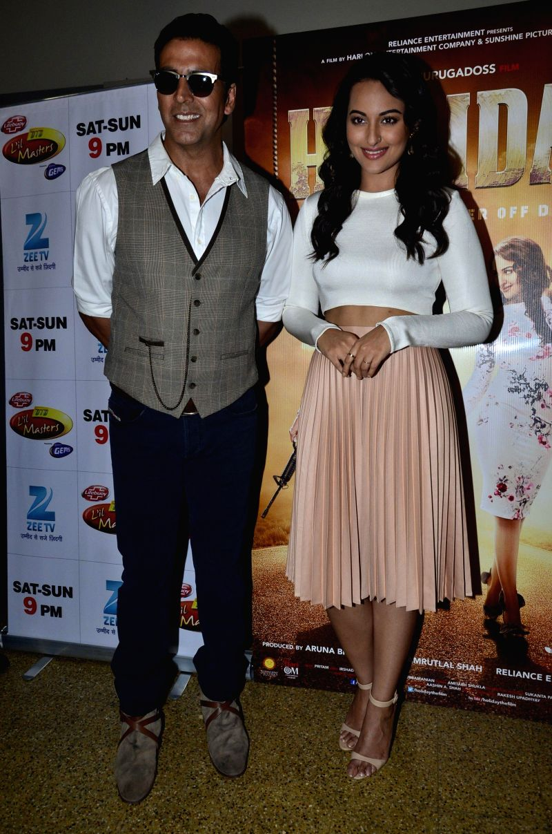 Actors Akshay Kumar and Sonakshi Sinha during the promotion of their upcoming film Holiday on the sets of Zee TV`s  reality show Dance India Dance Little Master Season 3 in Mumbai on  21st April 2014 - Akshay Kumar and Sonakshi Sinha