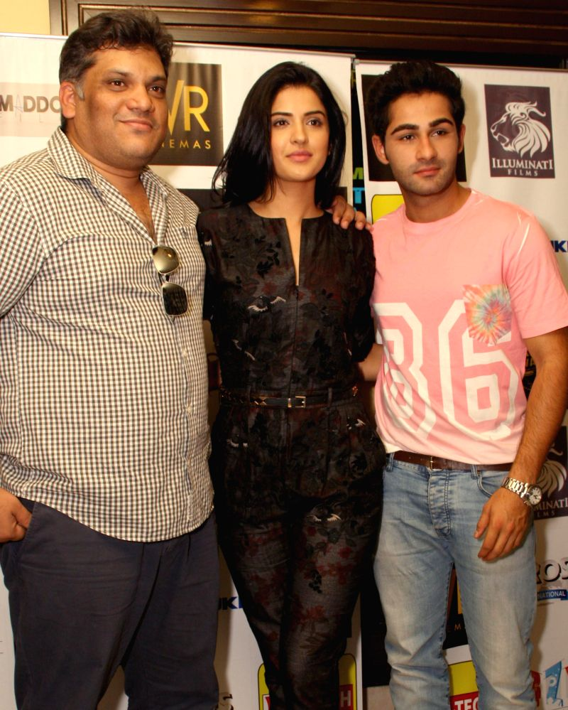 Actors Armaan Jain and Deeksha Seth with filmmaker Arif Ali during a press conference to promote their upcoming film `Lekar Hum Deewana Dil` in New Delhi on July 1, 2014. - Armaan Jain and Deeksha Seth