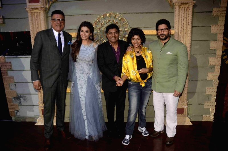 Actors Boman Irani, Raveena Tandon, Johnny Lever, with his daughter and stand-up comedian Jamie Lever and actor Arshad Warsi on the set of reality show Sabse Bada Kalakar in Mumbai, on June ... - Arshad Warsi, Boman Irani, Raveena Tandon and Johnny Lever
