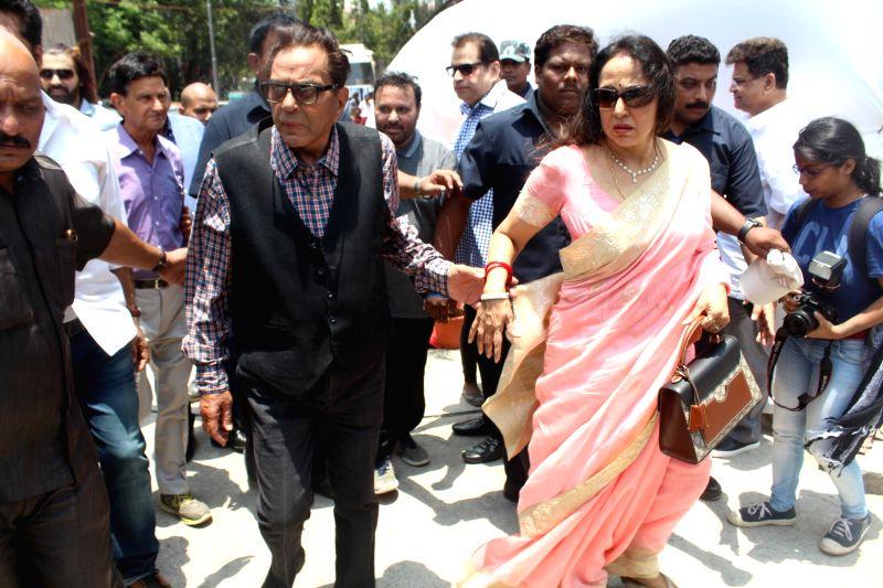 "Actors Dharmendra and Hema Malini during the mahurat of filmmaker Anil Sharma`s film ""Genius"", in Mumbai on May 22, 2017. - Dharmendra, Hema Malini and Sharma"