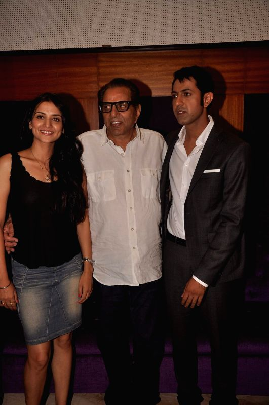 Actors Dharmendra, Gippy Grewal and Kulraj Randhawa during the screening of Subhash Ghai`s Punjabi film `Double Di Trouble` in Mumbai, on Aug 29, 2014. - Dharmendra, Gippy Grewal and Kulraj Randhawa