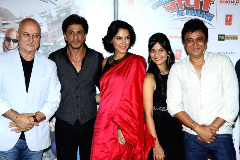 Actors Divyendu Sharma, Shahrukh Khan, Aditi Sharma, Anupam Kher and Neha Dhupia during the trailer launch of film Ekkees Toppon Ki Salaami in Mumbai on Aug 11, 2014. - Divyendu Sharma, Shahrukh Khan, Aditi Sharma, Anupam Kher and Neha Dhupia