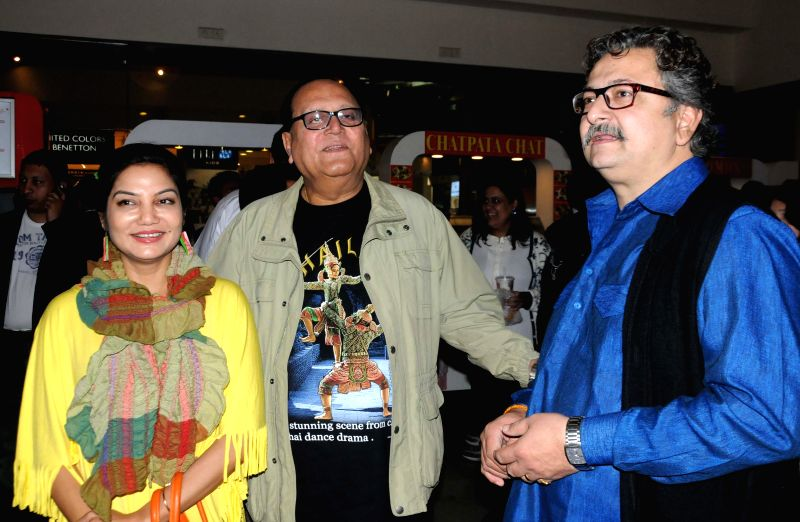 Actors Dolon Roy, Deepankar De and Bhorot Kal during the premiere of Bengali film `Badshahi Angti` in Kolkata, on Dec 19, 2014. - Dolon Roy and Deepankar D