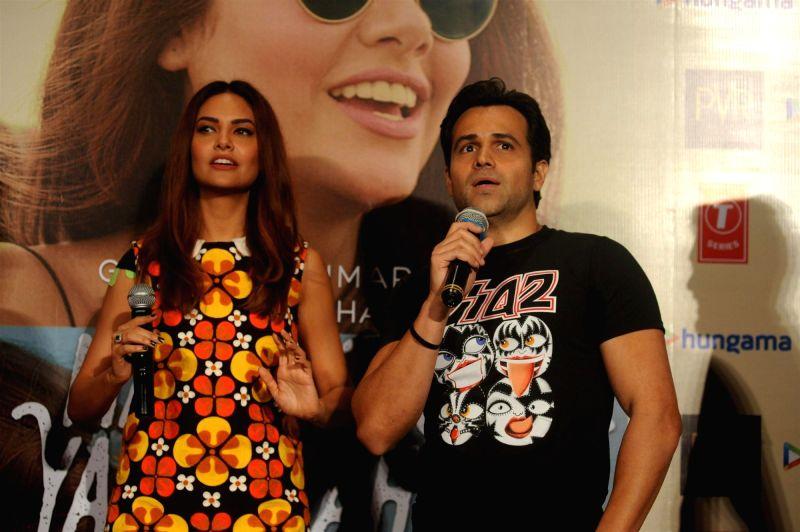 Actors Emraan Hashmi and Esha Gupta during the launch of music video `Main Rahoon Ya Na Rahoon`, produced by T-series in Mumbai on Nov 26, 2015. - Emraan Hashmi and Esha Gupta