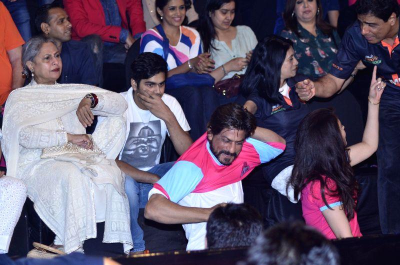Actors Jaya Bachchan and Shahrukh Khan during the Pro-Kabaddi League between U Mumba vs Jaipur Pink Panthers in Mumbai on 27, July 2014. - Jaya Bachchan and Shahrukh Khan
