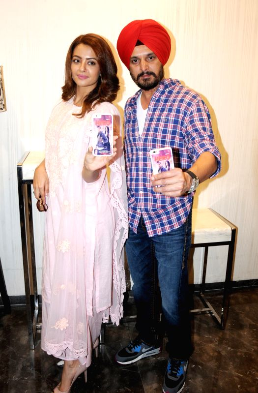 Actors Jimmy Shergill and Surveen Chawla during a promotion of their upcoming Punjabi film ``Hero-Naam Yaad Rakhi`` in Amritsar on July 8, 2015. - Jimmy Shergill and Surveen Chawla