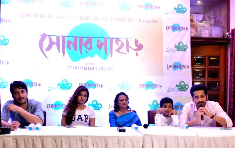 "Actors Jisshu Sengupta, Arunima Ghosh, Tanuja Mukherjee, Sreejata Banerjee and Parambrata Chatterjee during a press conference regarding film ""Sonar Pahar"" (Bengali) in Kolkata, on ... - Jisshu Sengupta, Arunima Ghosh, Tanuja Mukherjee, Sreejata Banerjee and Parambrata Chatterjee"