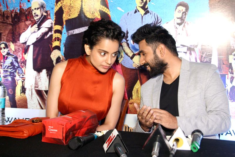 Actors Kangana Ranaut and Vir Das during a press conference to promote their upcoming film 'Revolver Rani' in Noida on April 18, 2014. - Kangana Ranaut and Vir Das