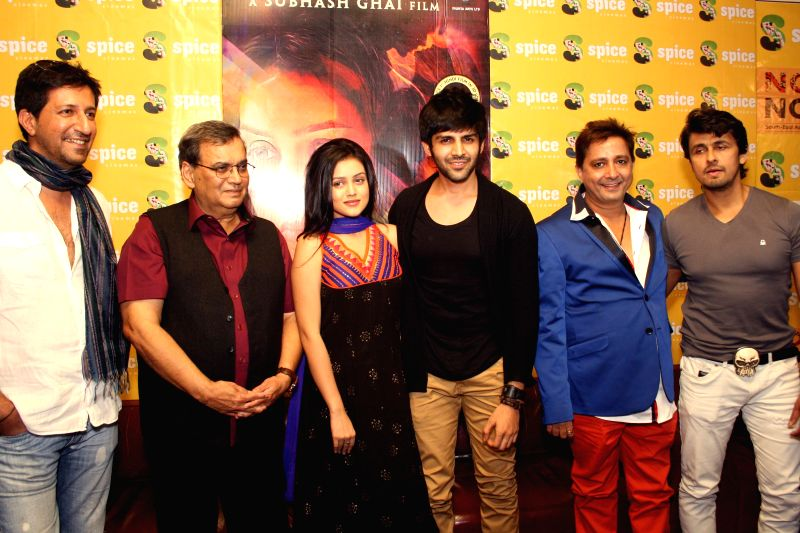 Actors Kartik Aaryan and Mishti Mukherjee with filmmaker Subhash Ghai during a press conference to promote their upcoming film 'Kaanchi' in Noida on April 18, 2014. - Kartik Aaryan and Mishti Mukherjee