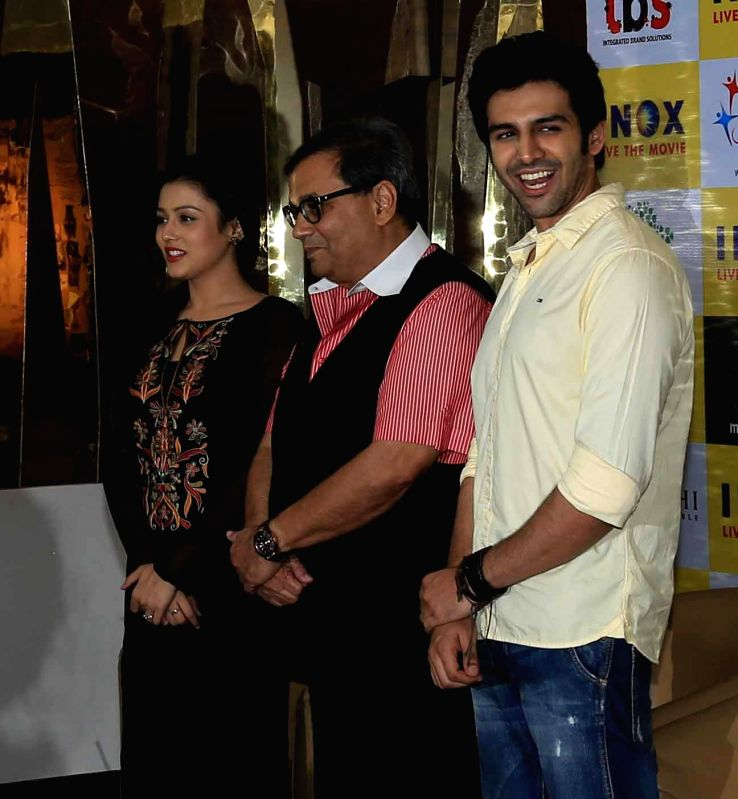Actors Kartik Aaryan and Mishti Mukherjee with filmmaker Subhash Ghai during a press conference to promote their upcoming film 'Kaanchi' in Kolkata on April 21, 2014. - Kartik Aaryan and Mishti Mukherjee