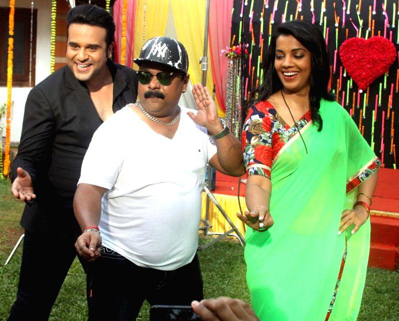 "Actors Krishna Abhishek and Mugdha Godse during the on location shoot of their upcoming film ""Jhunjhuna"" in Mumbai on June 9, 2017. - Krishna Abhishek and Mugdha Godse"