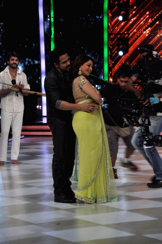 Actors Madhuri Dixit and Emraan Hashmi on the sets of Jhalak Dikhhla Jaa 7 during the promotion of film Raja Natwarlal in Mumbai, on August 12, 2014. - Madhuri Dixit and Emraan Hashmi