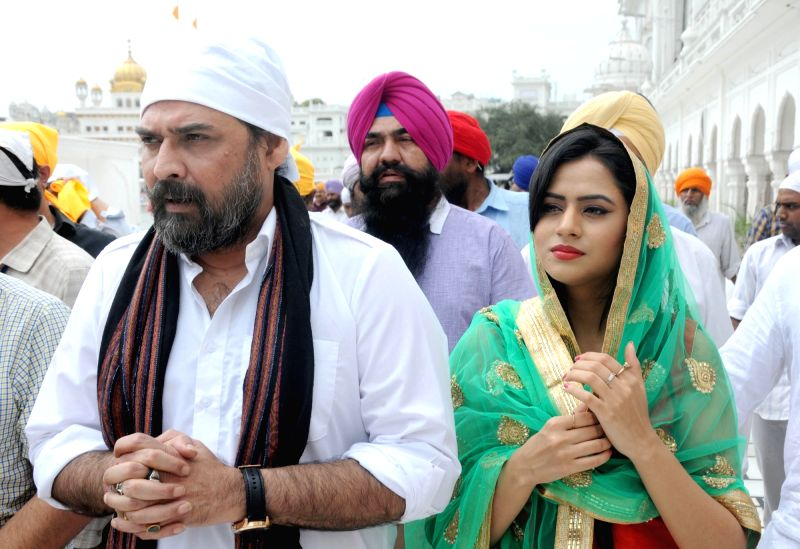 Actors Mukul Dev and Oshin Brar pay obeisance at the Golden Temple in Amritsar on April 6, 2016. - Mukul Dev and Oshin Brar
