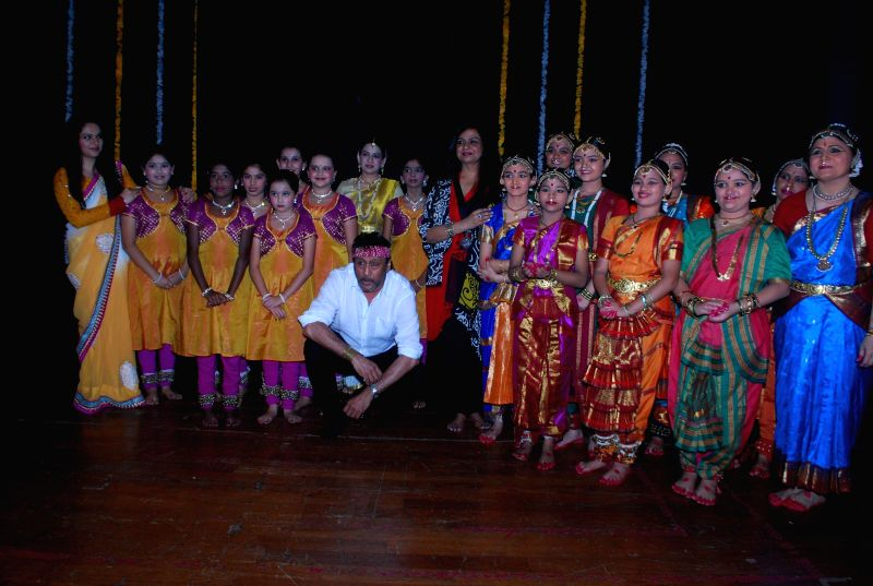 Actors Neelima Azeem, Gracy Singh and Jackie Shroff with dancers during an event to celebrate World dance day in Mumbai, on April 29, 2014. - Neelima Azeem, Gracy Singh and Jackie Shroff