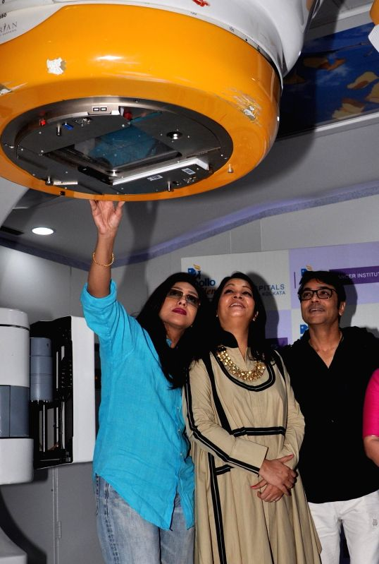 Actors Prosenjit Chatterjee and Rituparna Sengupta with Apollo Hospitals CEO (Eastern Region)  unveil a foetal medicine clinic in Kolkata, on May 18, 2016. - Prosenjit Chatterjee and Rituparna Sengupta