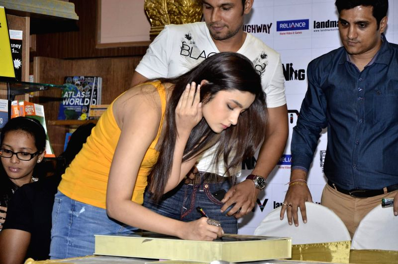 Actors Randeep Hooda and Alia Bhatt during the DVD launch of film Highway in Mumbai on May 13, 2014. - Randeep Hooda and Alia Bhatt