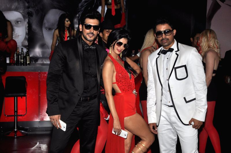 Actors Rannvijay Singh, Tena Desae and Zayed Khan during the on location shoot of film Sharafat Gayi Tel Lene in Mumbai on July 8, 2014. - Rannvijay Singh, Tena Desae and Zayed Khan