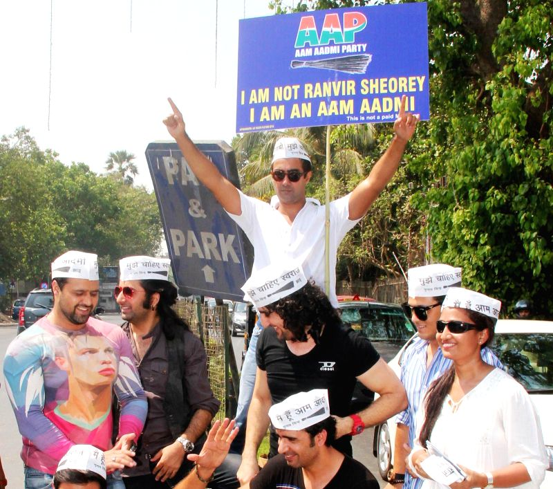 Actors Ranvir Sheorey (centre up), Mudasir Ali (L), Jaanissar Lone, Sahil Multy Khan, Shabbir show their support for AAP at press conference at Mumbai streets at 21st April 2014 - Ranvir Sheorey and Sahil Multy Khan