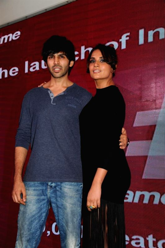 Actors Richa Chadda and Kartik Aryan during the launch of Live Video App `fame talent league` India`s biggest talent hunt in Mumbai on November 25, 2015. - Richa Chadda and Kartik Aryan
