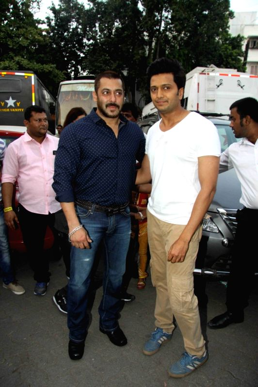 Actors Salman Khan and Riteish Deshmukh during the shoot of film Great Grand Masti in Mumbai on Nov 16, 2015. - Riteish Deshmukh