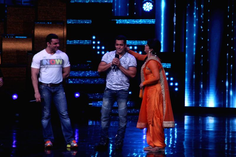 Actors Salman Khan and Sohail Khan during the promotion of film Tubelight on the sets of Star Plus TV show Nach Baliye Season 8 in Mumbai, on June 7, 2017. - Salman Khan and Sohail Khan