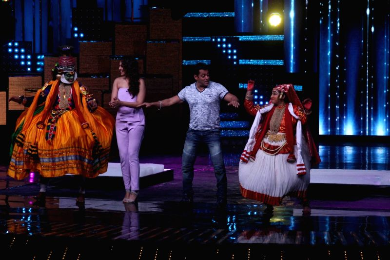 Actors Salman Khan and Sonakshi Sinha during the promotion of film Tubelight on the sets of Star Plus TV show Nach Baliye Season 8 in Mumbai, on June 7, 2017. - Salman Khan and Sonakshi Sinha