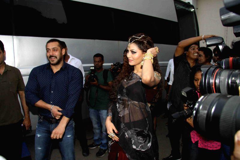 Actors Salman Khan and Urvashi Rautela during the shoot of film Great Grand Masti in Mumbai on Nov 16, 2015. - Urvashi Rautela