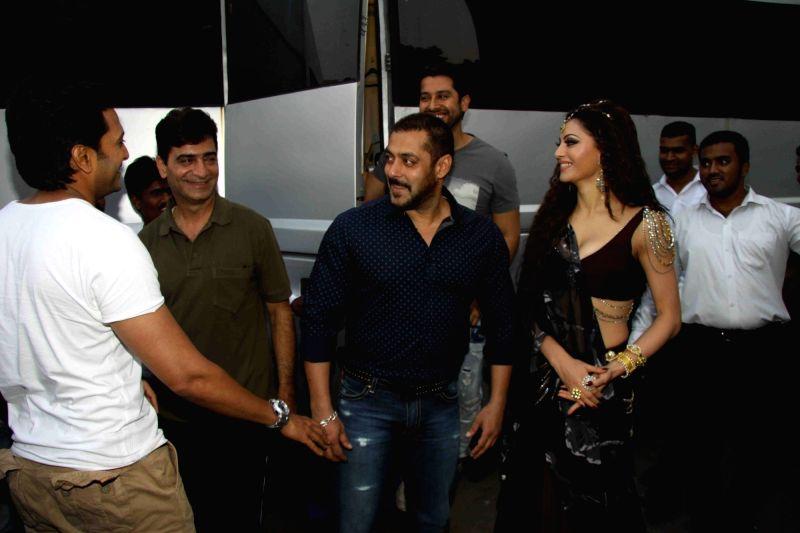 Actors Salman Khan, Riteish Deshmukh, filmmaker Indra Kumar, actors Aftab Shivdasani and Urvashi Rautela during the shoot of film Great Grand Masti in Mumbai on Nov 16, 2015. - Riteish Deshmukh, Aftab Shivdasani, Urvashi Rautela and Kumar