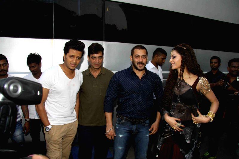 Actors Salman Khan, Riteish Deshmukh, filmmaker Indra Kumar and actress Urvashi Rautela during the shoot of film Great Grand Masti in Mumbai on Nov 16, 2015. - Urvashi Rautela, Riteish Deshmukh and Kumar