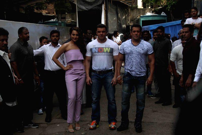 Actors Salman Khan, Sohail Khan and Sonakshi Sinha during the promotion of film Tubelight on the sets of Star Plus TV show Nach Baliye Season 8 in Mumbai, on June 7, 2017. - Salman Khan, Sohail Khan and Sonakshi Sinha