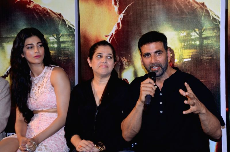 Actors Shruti Haasan and Akshay Kumar during the trailer launch of film Gabbar in Mumbai, on March 23, 2015. - Shruti Haasan and Akshay Kumar