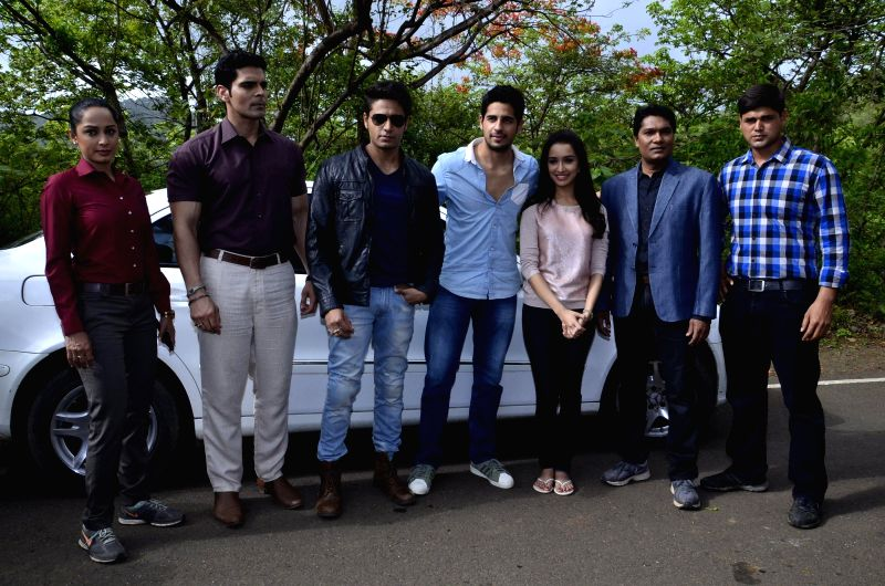 Actors Siddharth Malhotra and Shraddha Kapoor along with the cast of television serial during the on location shoot to promote their upcoming film Ek Villian in Mumbai on June 23, 2014. - Siddharth Malhotra and Shraddha Kapoor