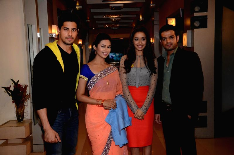 Actors Sidharth Malhotra and Shraddha Kapoor with television actors Divyanka Tripathi and Karan Patel during the promotion of the film Ek Villain on the sets of television serial Ye Hai Mohabbatein .. - Sidharth Malhotra, Shraddha Kapoor, Divyanka Tripathi and Karan Patel