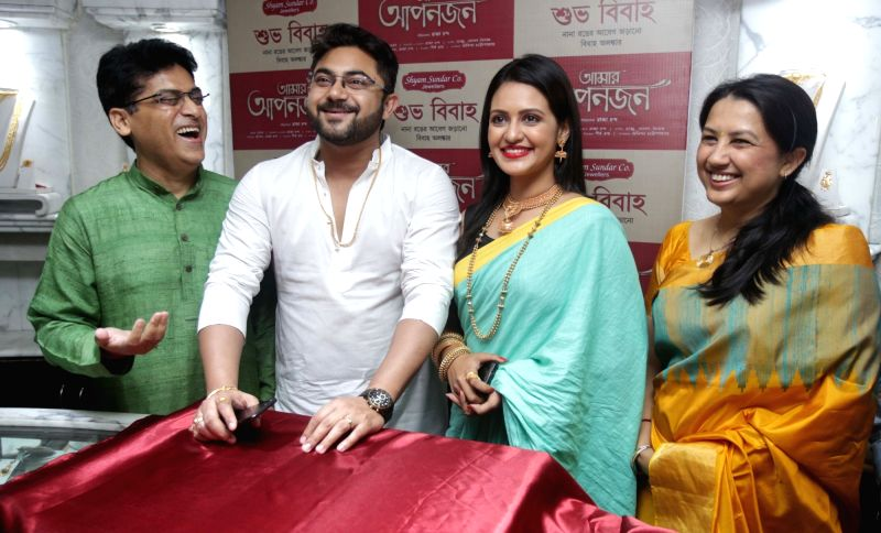 Actors Soham Chakraborty, Priyanka Sarkar and Arpita Saha with Director of Shyam Sundar Co. Jewellers Rupak Saha launch a jewellery collection in Kolkata, on May 10, 2017. - Soham Chakraborty, Priyanka Sarkar and Arpita Saha